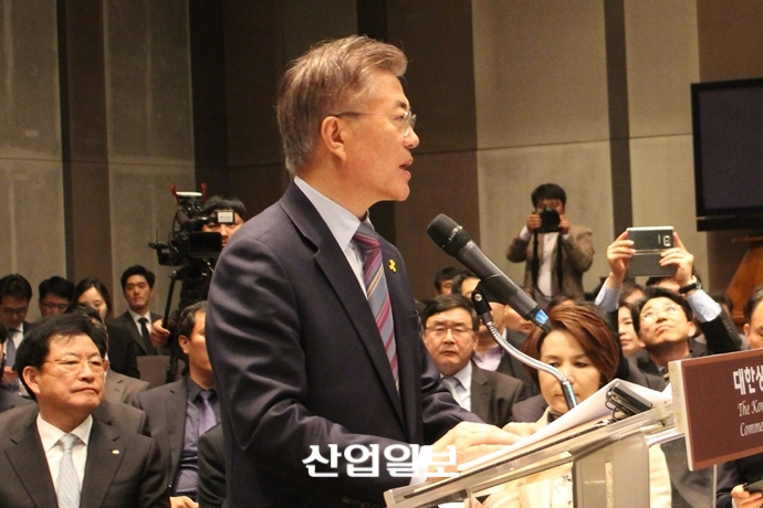 """문재인 '사람 중심 경제 성장' VS 안철수 """"경제성장 기반 조성"""""""