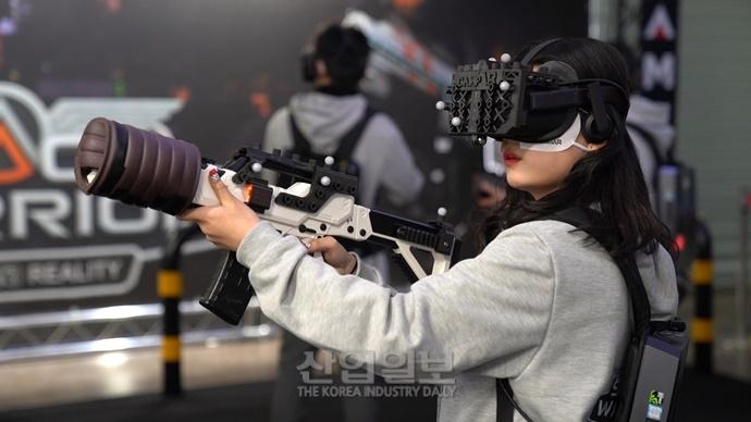 """[동영상뉴스] """"실제로 총쏘는 거 같아요""""··· 'VR 게임대전' 개최"""