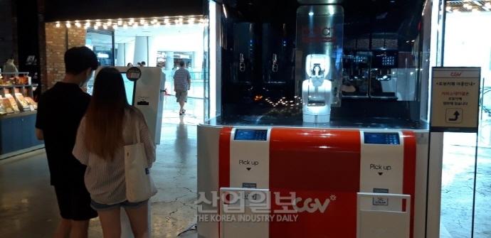 [동영상뉴스][지금은 무인시대-무인카페 下편] 무더운 여름, '바리스타 로봇'을 만나세요~