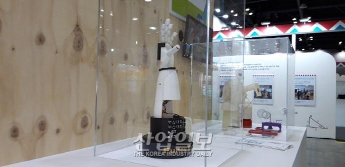 [포토뉴스] 플라즈마 공에 손을 대면 전기가 지익 지이익~
