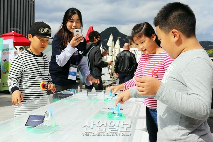 [포토뉴스] 태양광 보트 경주를 하며 즐거워하는 아이들
