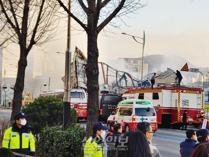 [2보] 은평구 모델하우스 화재, 화재원인 조사 중