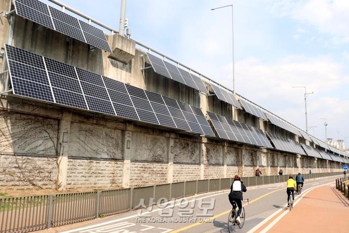 [사진으로 보는 산업뉴스] 태양광 발전소로 거듭난 '도로 옹벽'