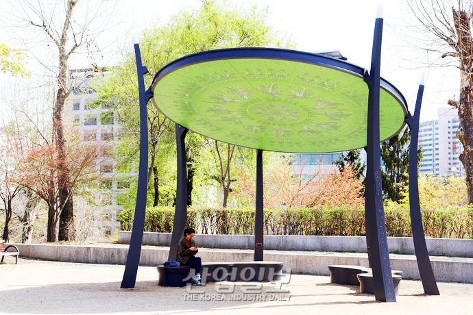 [사진으로 보는 산업뉴스] 미세먼지 신호등·스마트폰 충전 기능 갖춘 태양광 '쉼터'