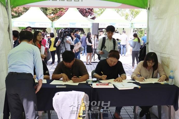 [포토뉴스] 날씨도 취업 열기도 '후끈후끈'…'시흥·안산 스마트허브 채용 박람회' 개최