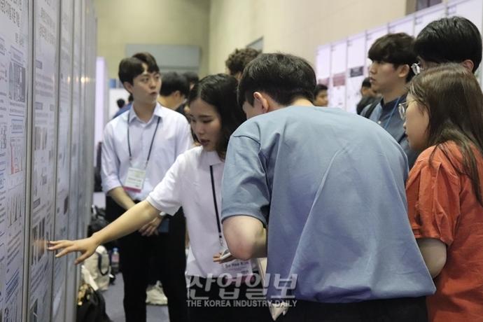 [포토뉴스] '나노코리아 2019' 발길 붐비는 포스터세션 (feat.외국인)