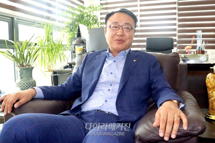 """경기도환경산업협회 강신기 회장 """"전방위적 지원 아끼지 않겠다"""" - 다아라매거진 인터뷰"""