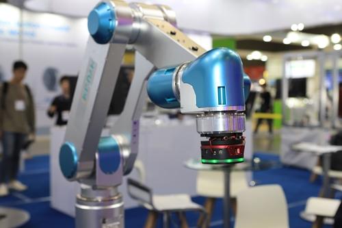 산업용 로봇팔 조작 더 쉽고, 안전하게 '스마트 교시 장치' 개발