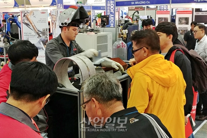[포토뉴스] 바이어 발길 붙드는 다양한 '제품 시연'