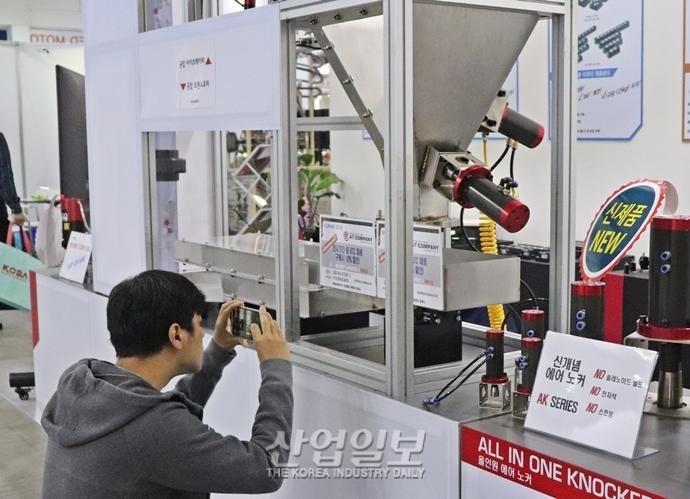 [2019 한국기계전] '우리 부스로 와주세요' 시선 사로잡는 기계의 걸음