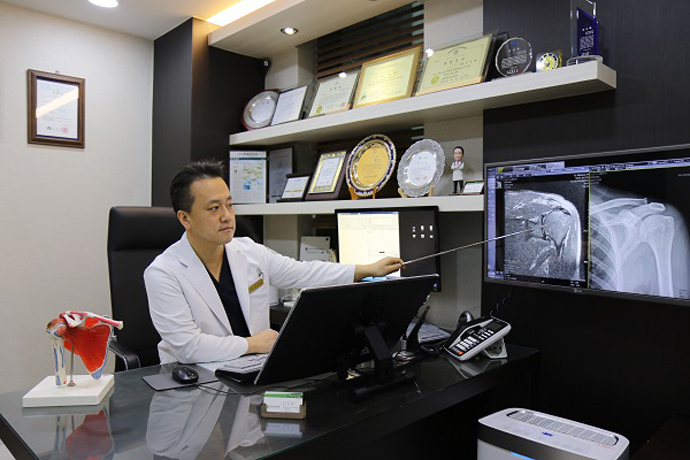 어깨통증 유발하는 오십견과 회전근개 파열 비수술 치료법
