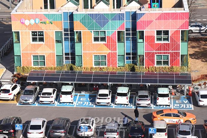 [사진으로 보는 산업뉴스] 태양광 에너지 활용 전기차 '충전'