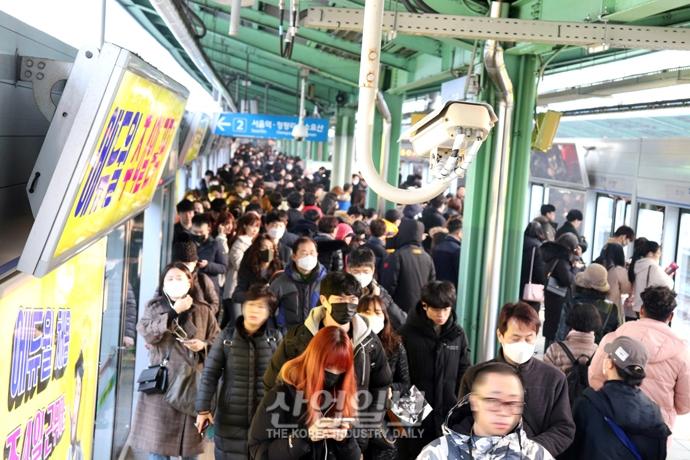 [포토뉴스] 지하철 1호선 구로역 열차 지연 운행…출근길 시민 '불편'