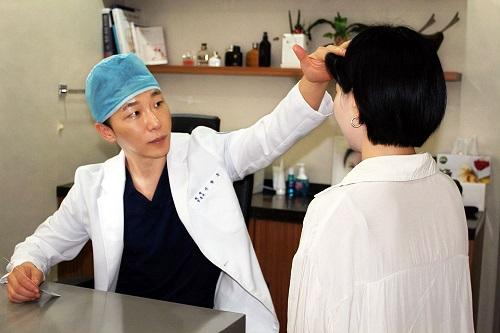 [칼럼] 동안을 위한 성형수술, 눈밑지방 재배치