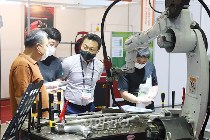 [포토뉴스] 가공·조립 등 금속산업에서 활용 영역 넓히는 '로봇'