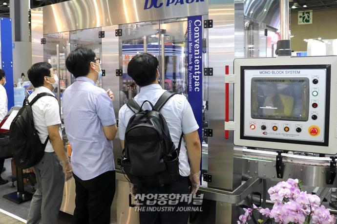 [포토뉴스] 기계 한 대로 두 가지 제품 동시 생산 '가능' - 산업종합저널 전시회뉴스