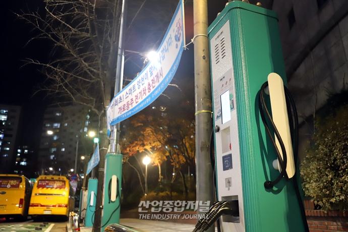 [포토뉴스] 가로등과 결합한 전기차 충전기 - 산업종합저널 전기