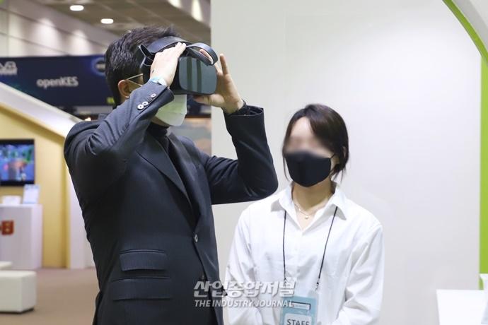 """[포토뉴스] KVRF 2020 개최, """"XR 기술, 우리의 일상으로!"""" - 산업종합저널 전시회"""