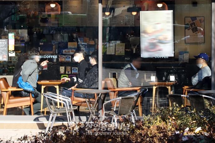 [포토뉴스] 매장 이용 가능해진 카페…모처럼의 여유 - 산업종합저널 정책