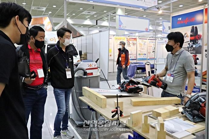 [산업View] 한산한 오프라인 전시회장, 참가업체 열정은 '활활' - 산업종합저널 전시회