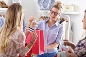 오프라인 쇼핑몰 향하는 美 소비자, 위축된 소매업계 회복하나