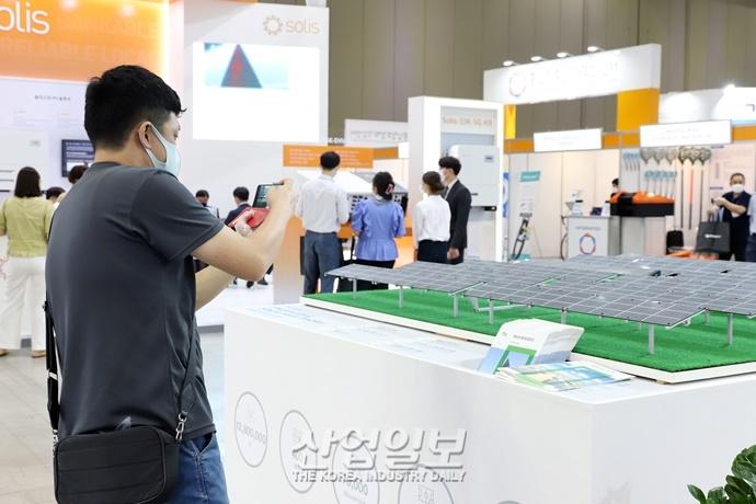 [포토뉴스] 태양광 셀·모듈 등 신재생에너지 제품 보러왔어요