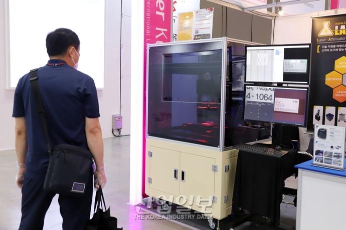 [포토뉴스] 마지막 날 맞은 나노코리아 2021, '첨단 레이저 기술 어떤 게 있나'
